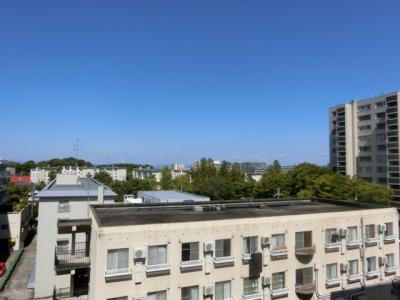 【現地写真】 現地バルコニーからの眺望♪ まわりに高い建物がないので陽当たり、通風の良い物件♪