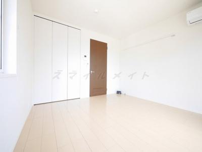 6.1帖の洋室、南向き・2面採光で明るいです。