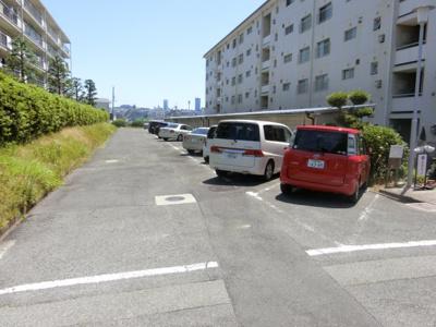 【現地写真】 駐車場♪ 広い敷地なので駐車の際もらくらく♪