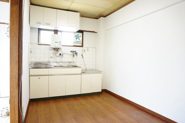 窓付きで換気しやすく明るいキッチンです。