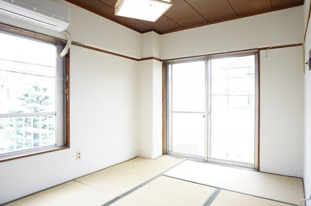 角部屋の和室は2方向の窓がありとても明るいです。