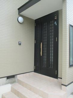 落ち着いた玄関です。草加市谷塚上町 中古戸建住宅