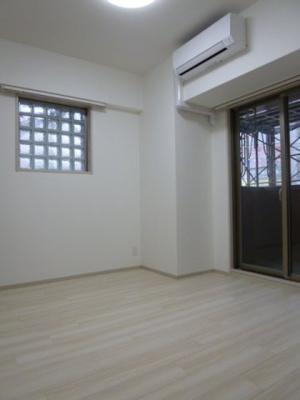 洋室にもバルコニー・ブロックガラス窓