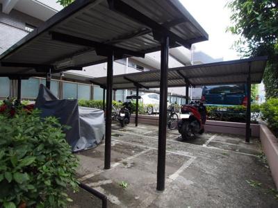 屋根付きの駐輪場で自転車やバイクを雨から守れます。