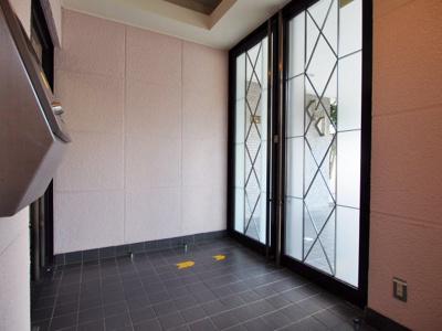 オシャレなデザインのエントランスドア。