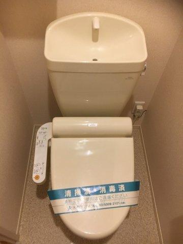人気のシャワートイレ・バストイレ別です♪上部にはトイレットペーパーなどの小物を置ける収納棚付きです♪