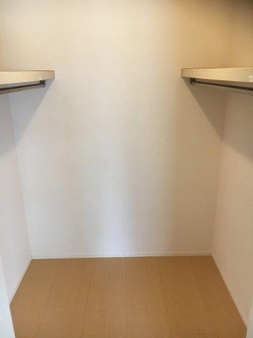 洋室6帖のお部屋にあるウォークインクローゼットです♪お洋服をたくさんお持ちの方でも安心の収納力です◎