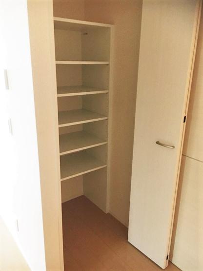 リビングダイニングキッチンにある収納スペースです!高さのある収納で、かさ張るお掃除用品などもすっきり収納できて便利!