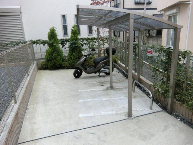 屋根付きの駐輪場・バイク置場があるので雨が降っても安心ですね☆自転車やバイクがあれば通勤・通学、お買い物にも便利です♪