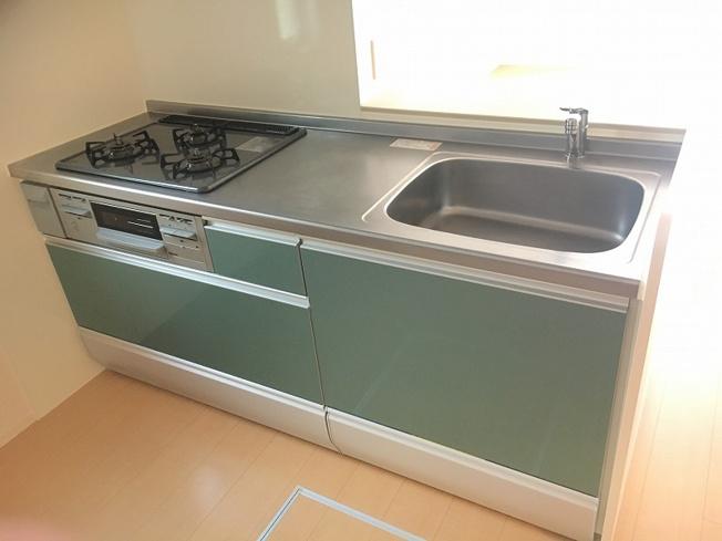 グリーンを基調としたシステムキッチンです!場所を取るお鍋やお皿もすっきり収納できます♪換気のできる窓付きでお料理の匂いもこもりません!