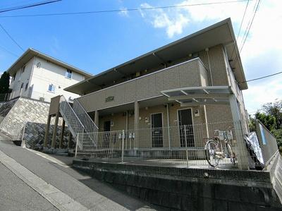 小田急多摩線「栗平」駅より徒歩5分!便利な立地の2階建てアパートです♪通勤通学はもちろん、お買い物やお出かけにもGood☆