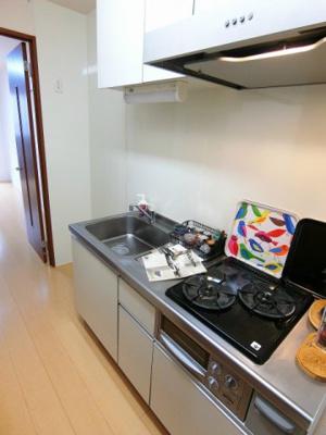 2口ガスコンロ/グリル付きのシステムキッチンです♪場所を取るお鍋やお皿もたっぷり収納できてお料理がはかどります!
