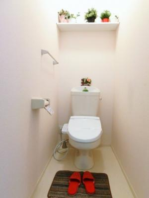 人気のシャワートイレ・バストイレ別!シャワートイレ必須という方も安心ですね♪小物を置ける便利な棚やタオルハンガーも付いています☆
