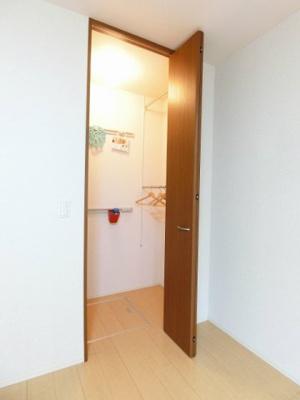 洋室7.8帖のお部屋にあるワンステップクローゼットです!収納したい物のサイズに合わせて棚板などを自由に動かせます☆