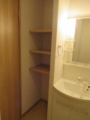 洗面所に棚があります