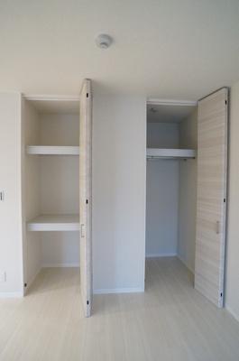 洋室6.5のお部屋には2ヶ所の収納スペースがあります☆荷物の多い方も安心!お部屋がすっきり片付きますね♪