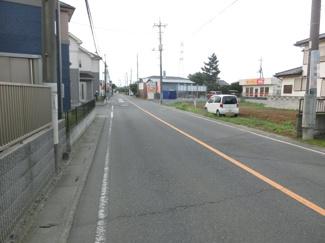 前面道路の写真です。右側が対象地です。