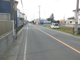 前面道路からの写真。右側が対象地です。