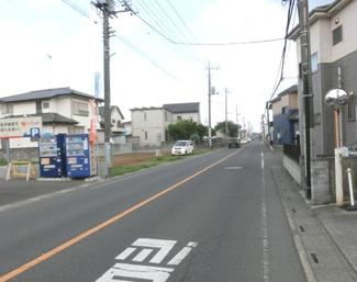 前面道路からの写真。左側が対象地です