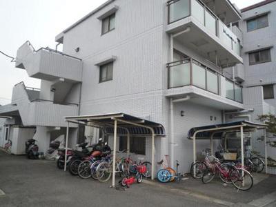 屋根付きの駐輪場で雨が降っても大切な自転車が濡れなくてすみますね♪バイクも無料で停められます!※詳細要確認