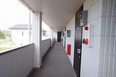 階段を上がった一番突き当りのお部屋です。廊下は広くゆったりとしています。