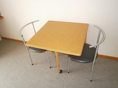 椅子2脚と折りたためるテーブルがつきます。