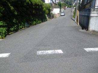 前面道路は交通量の少ない住宅街の公道になっています。