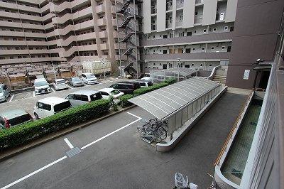 駐車場と駐輪場になります。駐車スペースは平面で、駐輪場には屋根があるので、大切な相方(自転車)も雨にぬれずに済みそうですね!
