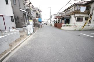 前面道路6メートル! 前面道路は交通量が僅かなので、落ち着いて車の出し入れができます♪