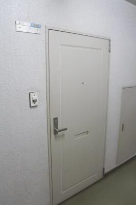 玄関部分。内廊下なので雨風をしのげます。