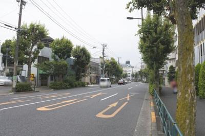 前面道路は片道2車線です。