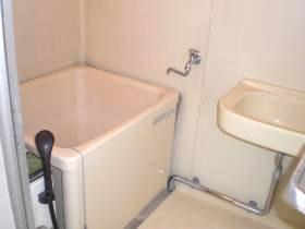 浴室には洗面台あり