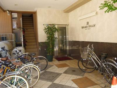 建物のエントランスと自転車置き場です