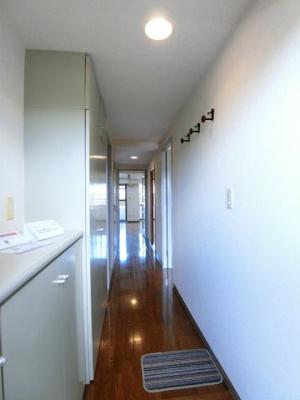 玄関から室内への景観です!廊下を抜けるとリビングダイニングキッチンにつながります♪
