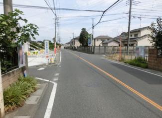 幅員約7.5mの県道の写真です。物件は右側です。