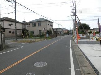 幅員約7.5mの県道の写真です。物件は左側です。