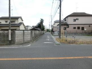 幅員約4mの市道を県道側から撮影した写真です。物件は右側です。