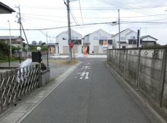 幅員約4mの市道の写真です。物件は左側です。