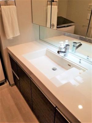 洗面室には、三面鏡付きの洗面化粧台と洗濯機置き場が有ります。