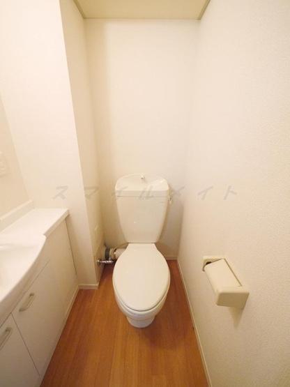 清潔感のあるトイレ・上部に棚が有ります。