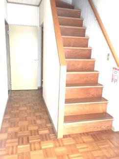 玄関ホールから望む階段