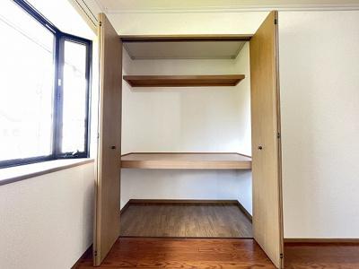 リビングダイニングにある収納スペースです!奥行きのある収納で、かさ張るお掃除用品などもすっきり収納できて便利!