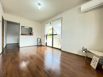 ガスコンロ設置可能のキッチンです☆ご自身でお好きなガスコンロをご用意いただけます!換気のできる窓付きでお料理の匂いもこもりません♪