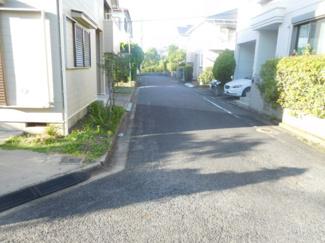 前面道路も広々5m公道になっています。交通量が少ないので安心の住環境です。