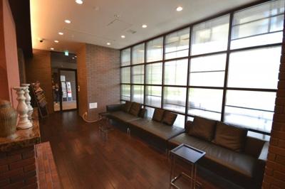 1階にあるライブラリー ゆったりとしたソファーでくつろぎながら利用できます
