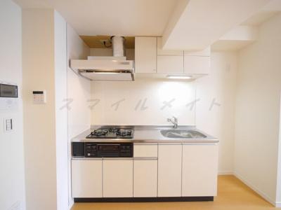 お料理楽々システムキッチン・ガスコンロ3口・グリル付きです。