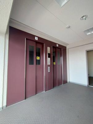 エレベーターも2基あるので、朝の忙しい時間も気にすることなく乗ることができそうですね☆少し時代を感じさせるエレベーターの色合いですね!