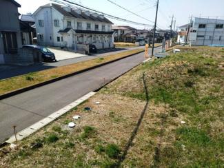 前面道路が広く、向かい側の家ともしっかりと離隔があり、開放的な住まいになります。