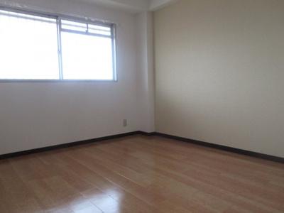 落ち着いて過ごせるお部屋なので、寝室にいかがでしょうか