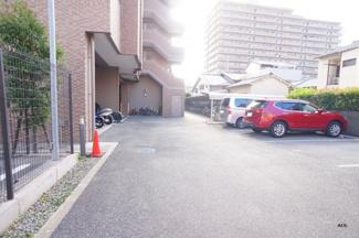 敷地内駐車場、現況空きあります♪(駐車料金:15,000円~18,000円/月額)